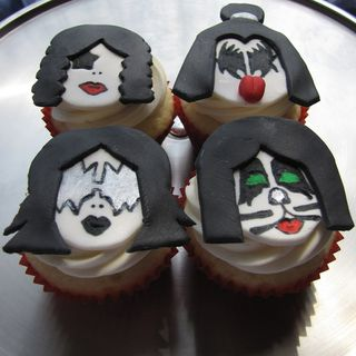 Kiss cupcakes pic by clevercupcakes
